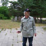 Jankov Bunka at the Jewish cemetery memorial in Plunge, 2006.