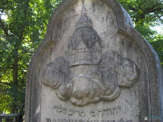 Carving of the dome of Szeged synagogue on Lipot Baumhorn's gravestone