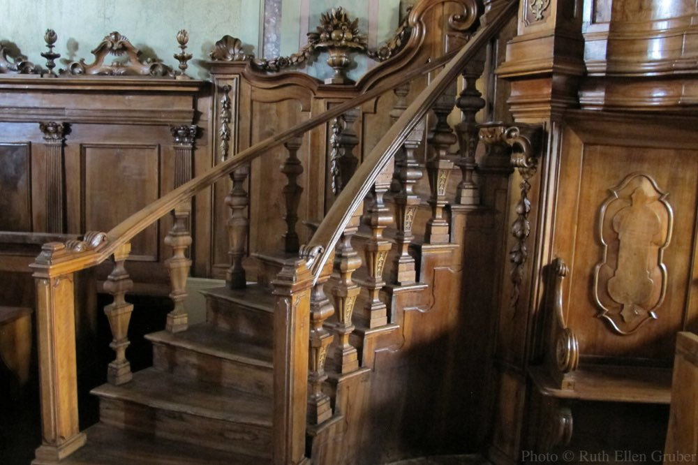 Stairs leading to the Biimah in the Padova synagogue