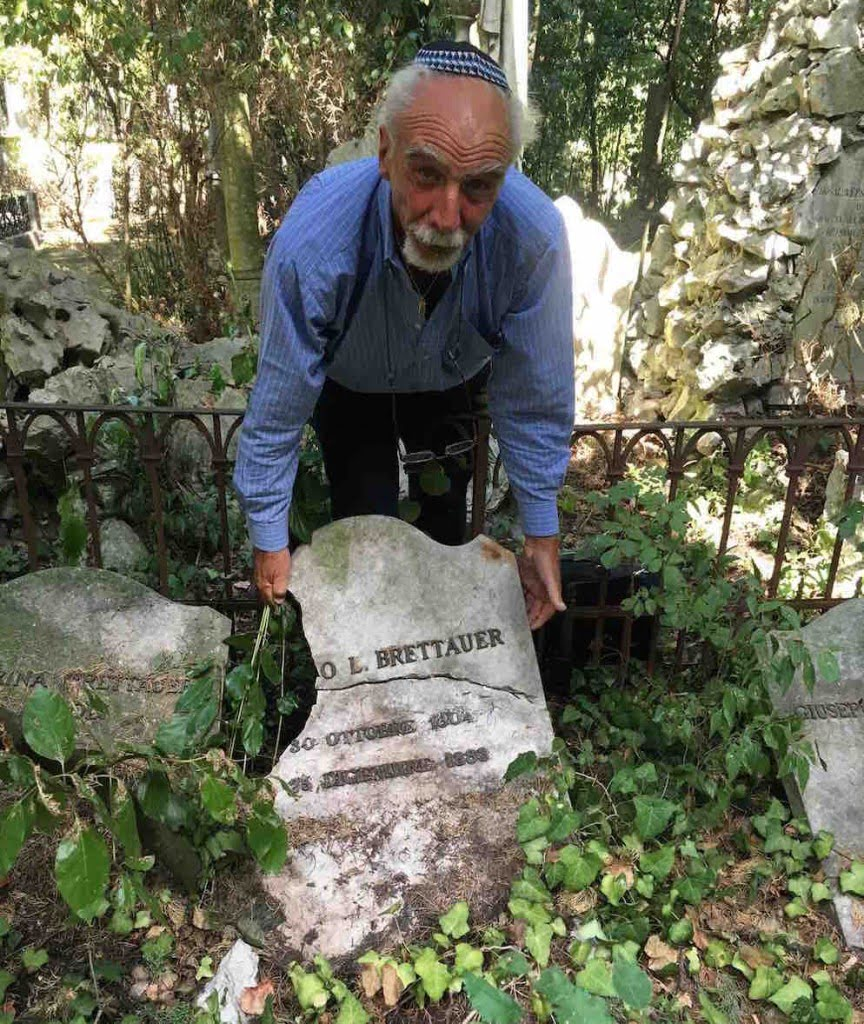 Livio Vasieri shows the damage gravestone of a Hohenemser in the Jewish cemetery of Trieste. Photo: Hanno Loewy