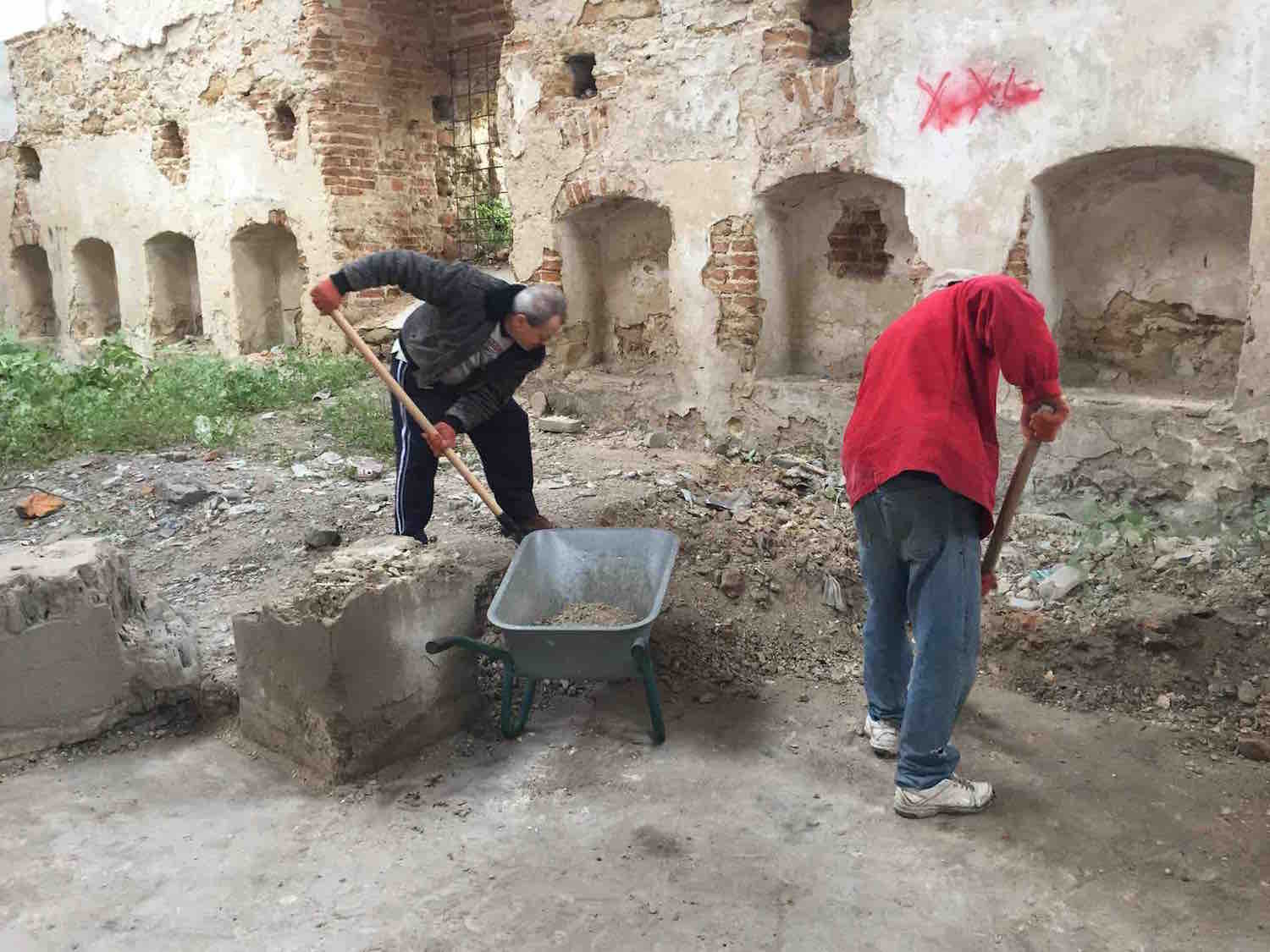 Removing debris from the interior of the synagogue. Photo courtesy of Grigori Arshinov