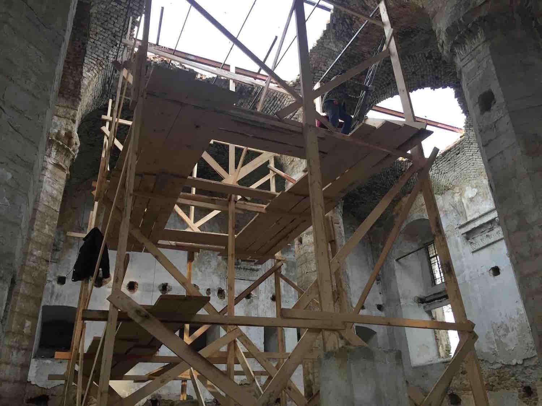 Scaffolding in the synagogue. Photo curtesy of Grigori Arshinov